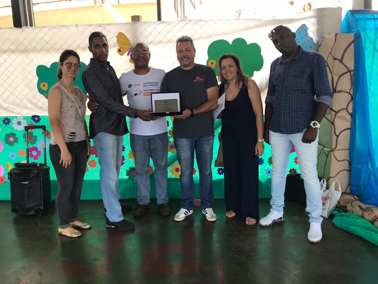 Projeto apoiado pelo Sigma doa livros a alunos de escola municipal